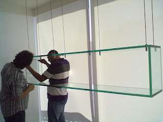 foto de nicho de vidro suspenso por cabos de aço com vidro de 19mm colagem uv