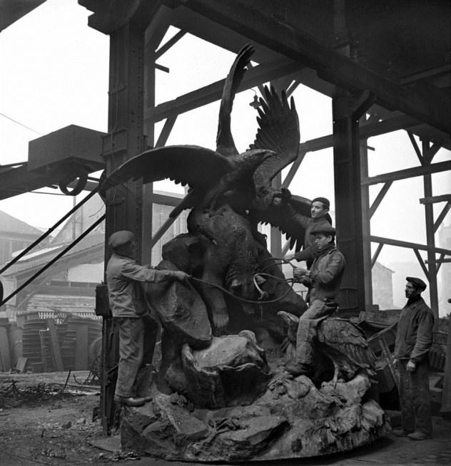 Destrucción por los nazis de las estatuas de París.