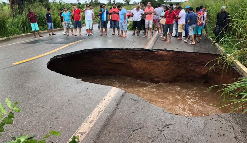 Trecho da BR-135 entre Dom Pedro e Presidente Dutra é interditado após surgimento de cratera
