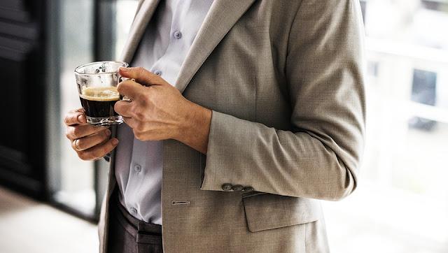 Bahaya Makan dan Minum Sambil Berdiri