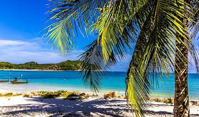pantai siang hari