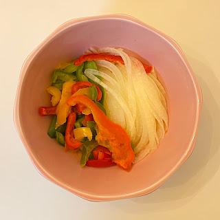 節約サラダ,業務スーパー,パプリカ,サラダえび,クリスピーフライドオニオン,温野菜,オニオンサラダ