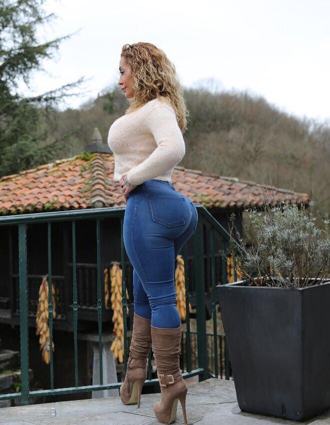 mujer culona muy sabrosa en pantalon de mezclilla