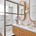 Banheiro marmorizado com espelhos e armários amadeirados e box em metalon!