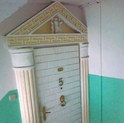 Porte d'entrée kitch façon antiquité grecque
