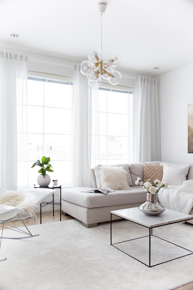 banaanipuu, olohuoneen sisustus, marmorinen sohvapöytä, akryylimaalaus, hattaramatto
