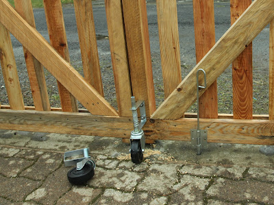 Pallet Wood Driveway Gates choosing spring-loaded casters