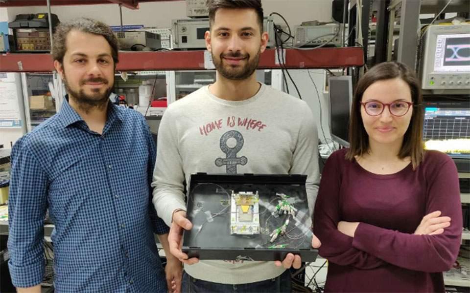 Φοιτητές του ΑΠΘ δημιούργησαν την γρηγορότερη μνήμη RAM στον κόσμο - Αντί για ρεύμα αποθηκεύει φως!