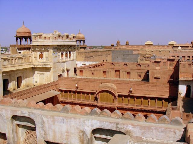 Bikaner est situé à mi-chemin entre Jaisalmer et le Shekhawati. Etape  encore boudée par les touristes, elle donne à voir une facette plus  authentique du ... 5bad14fb1c25
