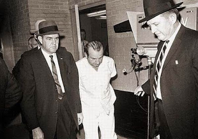 Lee Harvey Oswald es disparado por Jack Ruby en Dallas