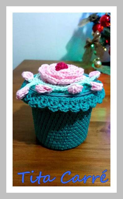 Pote decorado com rosas em  crochet