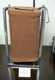 Em 1996 as urnas de votações nas eleições eram assim. Todas de couro e com cadeados e as cédulas de papel.
