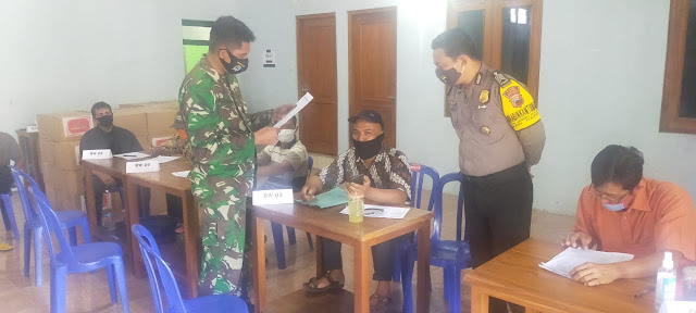 Babinsa Bersama Bhabinkamtibmas Ceper Kawal Pendistribusian Bansos