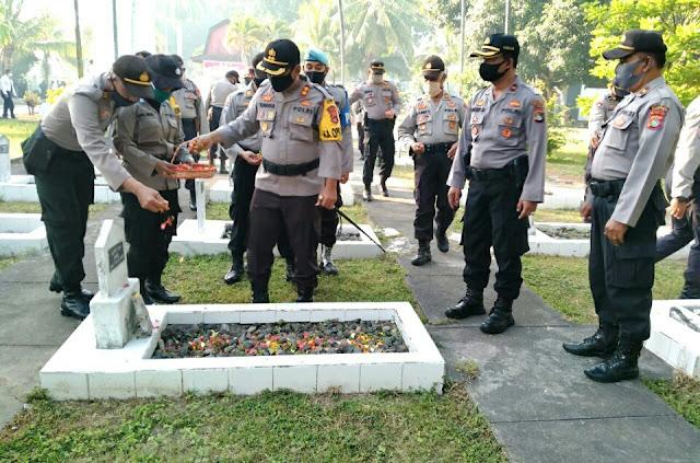 HUT Bhayangkara Ke-74, Polres Lotim Gelar Ziarah Makam Pahlawan