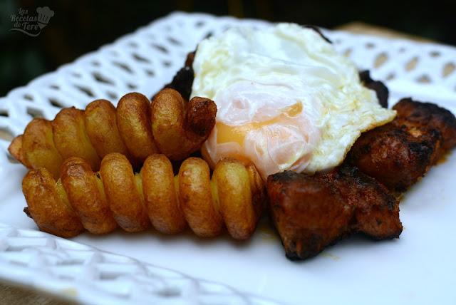 Costilla adobadas con patatas y huevos fritos 04
