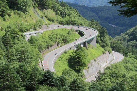 Factors affecting alignments of hill roads