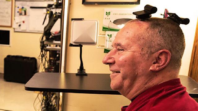 Un participante del ensayo clínico de BrainGate prueba transmisores inalámbricos entre el cerebro y dispositivos externos. Braingate.org