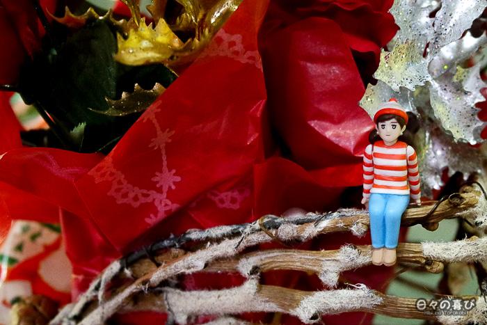 Fuchiko look Charlie avec pull et bonnet blancs à rayures rouges