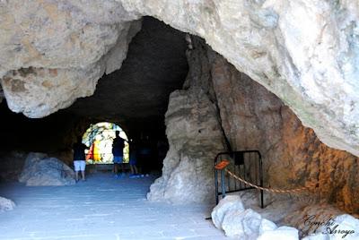 Gruta de entrada al edificio e iglesia de San Saturio.