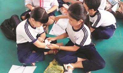 Trẻ học thực hành kỹ năng sơ cứu khi bị thương