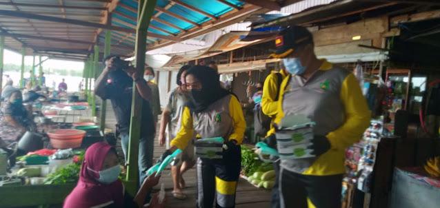 Bersama IAD, Kejari Pulpis Bagikan Masker di Pasar Patanak
