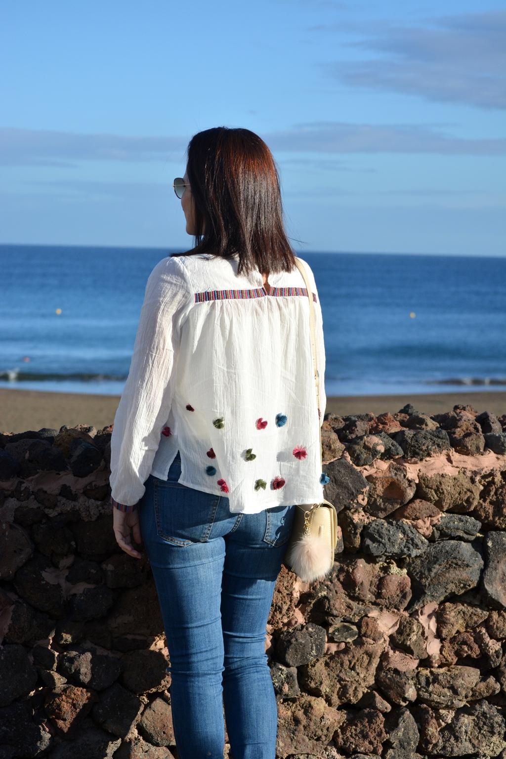 look-pompones-vaqueros-outfit