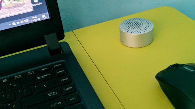Xiami Mi Portable Bluetooth Speaker di Meja Plastik