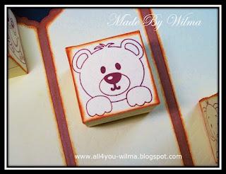 Een stempel van een beer op een zijde van een doosje. A bear stamp on one side of a box.