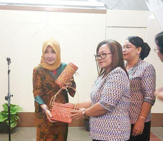 Serah Terima Cendramata oleh Wakil Ketua TP PKK Kab. Sekadau Ny. Vixtima Heri Supriyanti.