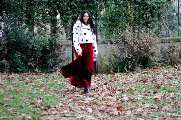 vestito rosso, vestito bordoux, ecopelliccia, pelliccia bianca, pelliccia con le stelle, pelliccia spiritosa, come abbinare un vestito in velluto,