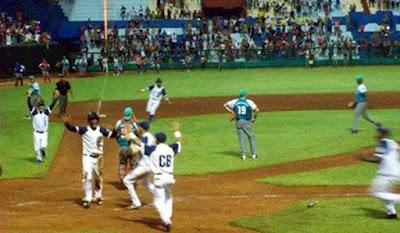 El béisbol no ha muerto, aun respira, porque la gente ha olvidado por un momento, los malestares por las ausencias de los juegos de Grandes Ligas en nuestros televisores
