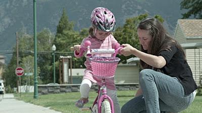 уча се да карам колело велосипед колоездене дъщеря майка помощни колела