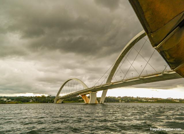 Ponte JK, Brasília, vista durante passeio de barco no Lago Paranoá