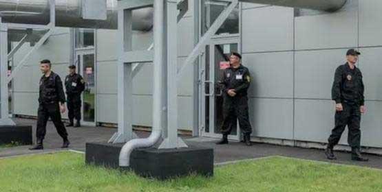 На фото физическая охрана завода