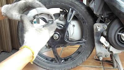 Cara Mudah Mengganti Kampas Rem Belakang Motor Matic