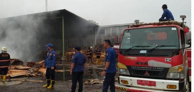 Dugaan Akibat Arus Pendek Menyebabkan Pabrik Triplek Terbakar