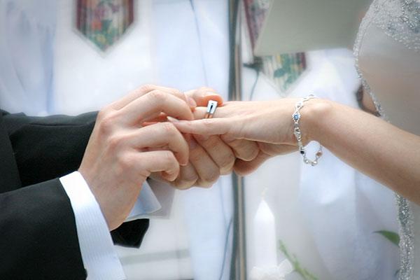 Una mujer descubre que estuvo casada más de 20 años sin saberlo