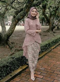 2. Model kebaya brokat modern hijab warna moca