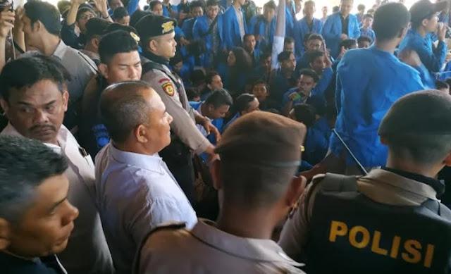 Warga Aceh Demo Tuntut Cabut Izin PT EMM Milik Surya Paloh, Baliho Capres 01 Dirobek-robek