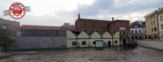 Sinagoga vieja y murallas en el barrio judío de Kazimierz, Cracovia