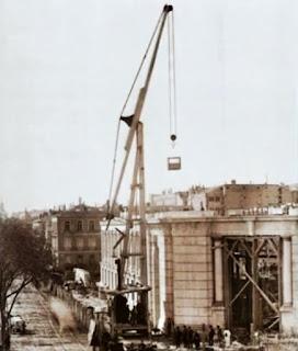 Con la planta baja construida, una antigua grúa eleva materiales sobre el edifcio