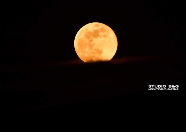 """Εντυπωσιακό το """"Φεγγάρι του Λουλουδιού"""" πάνω από το Ναύπλιο (βίντεο)"""