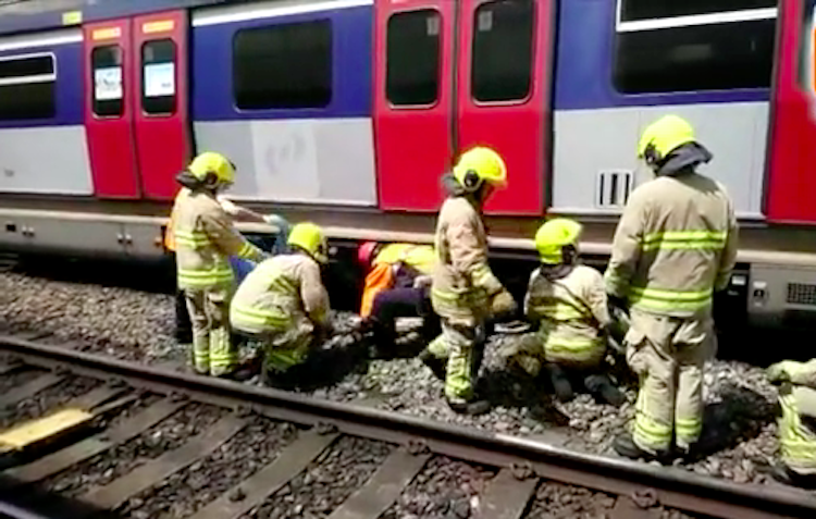 Seorang Pria Meninggal Dunia Setelah Lompat Ke Rel dan Tertabrak Kereta Api di Stasiun MTR Kowloon Tong
