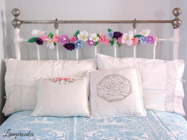 Διακόσμηση κρεβατιού με χάρτινα λουλούδια γιρλάντα.