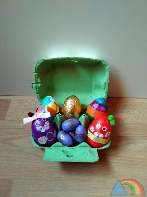 Huevos de Pascua decorados y huevos de chocolate