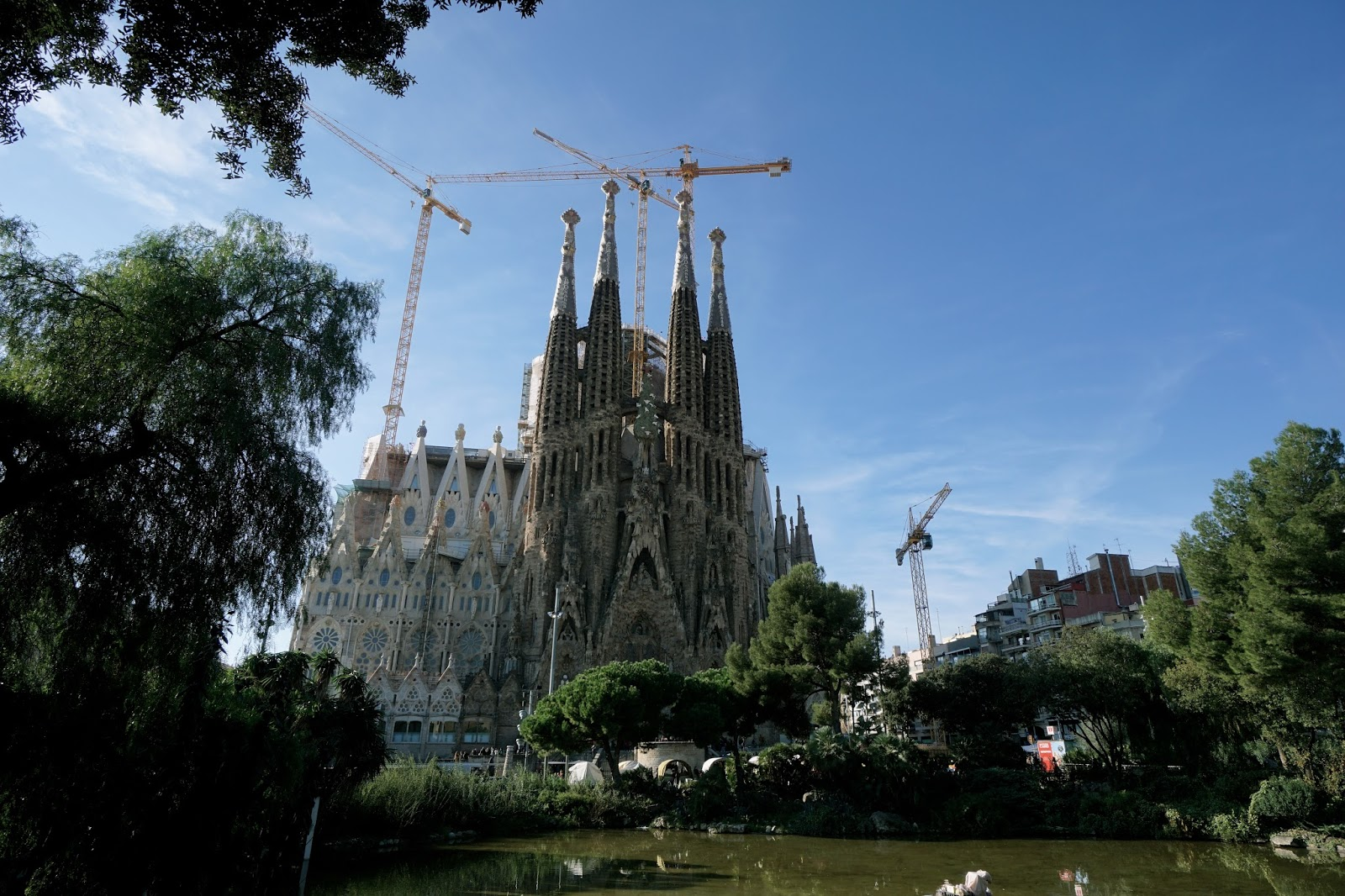 サグラダ・ファミリア (Sagrada Familia) ガウディ広場からの眺め