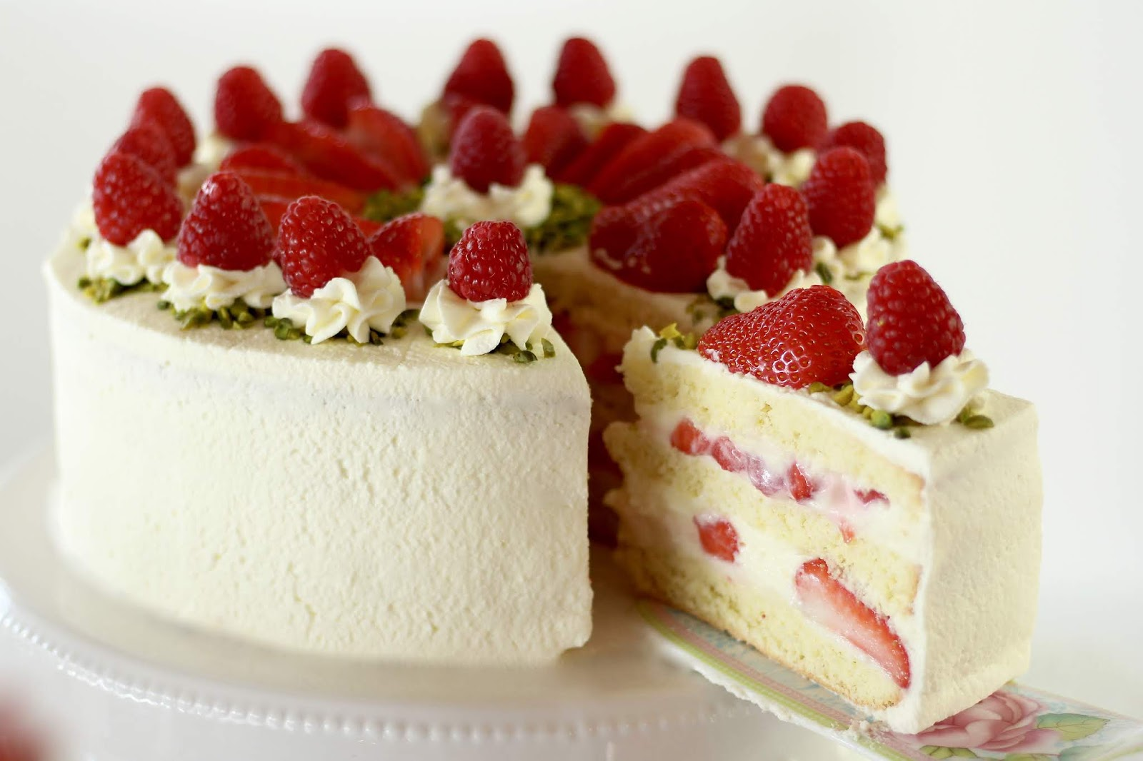 Erdbeer-Biskuit-Torte mit Joghurt-Mousse-au-Chocolat - Rezept und Videotutorial