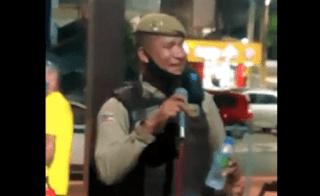 """""""Soldado cantor"""" é punido pela PM após atender pedido de fã em karaokê; assista"""