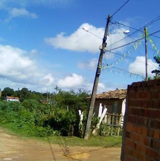 DESCASO: Moradores denunciam poste quase caindo, abandono e precariedade da 2ª Travessa Santa Inês, na Rua do Catu, em Alagoinhas
