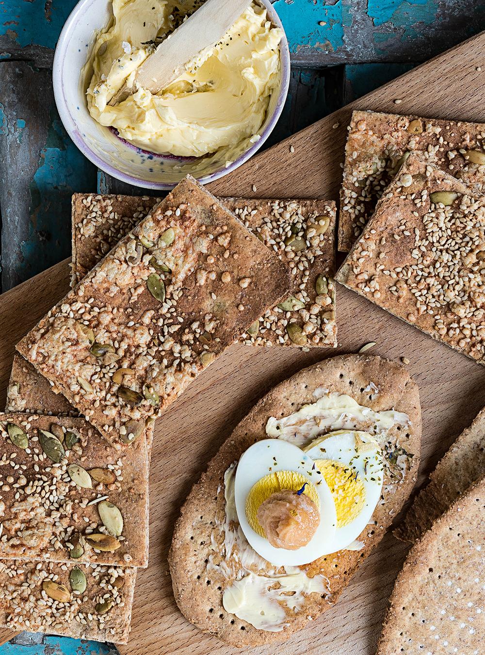 Rustikales Roggen-Knäckebrot mit Käse, Sesam und Kürbiskernen